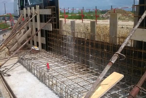 construction d'une passerelle franchissant le canal d'amenée du réservoir Seine